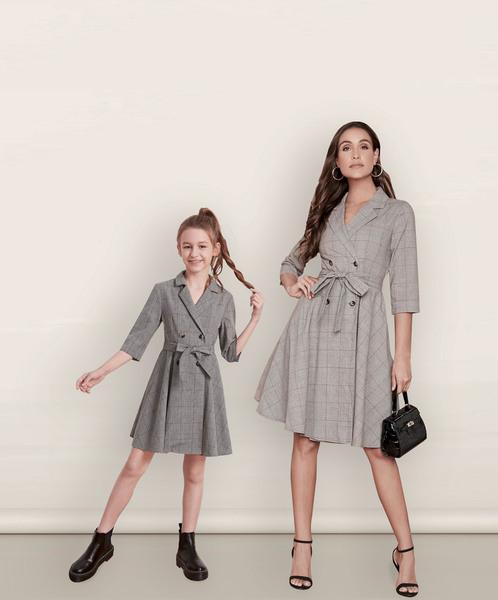 Mamá e hija outfit vestido gris elegante