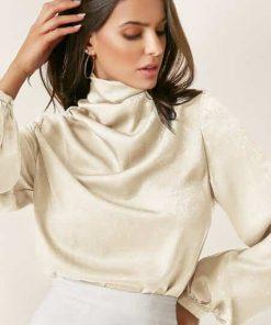 blusa elegante cuello tortuga beige